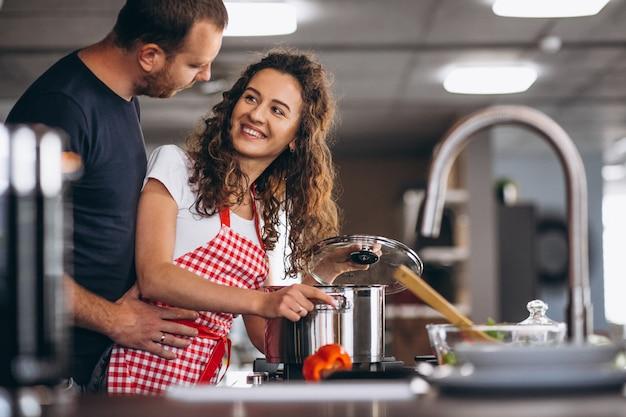 Casal juntos a cozinhar na cozinha