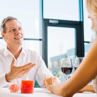 Casal juntos durante o jantar romântico