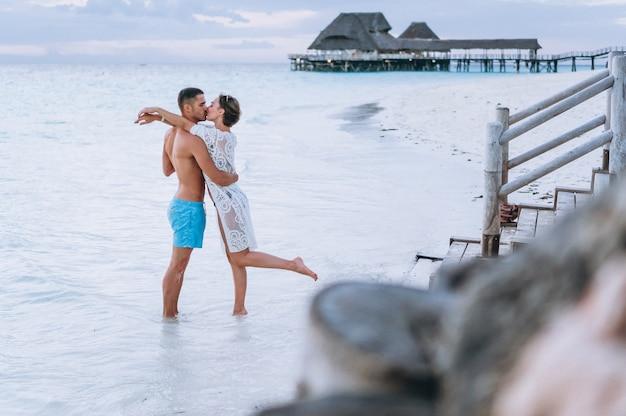 Casal juntos em um período de férias pelo oceano