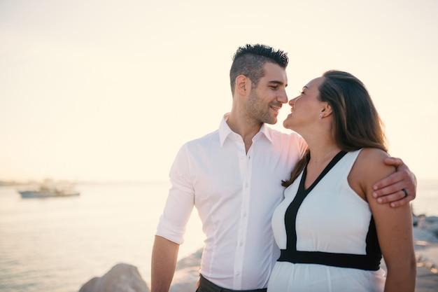 Casal juntos na praia no verão