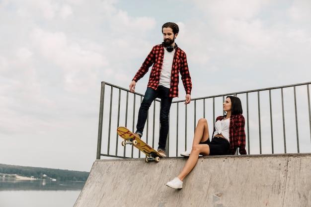 Casal juntos na rampa de skate