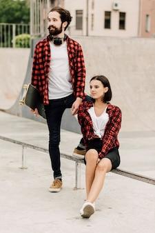 Casal juntos no skate park