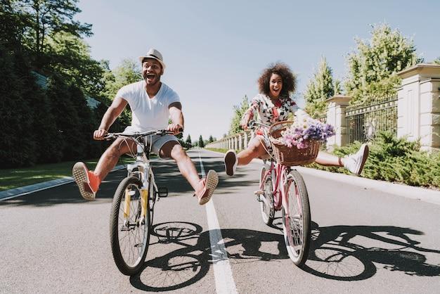 Casal latino na data romântica de ciclismo na estrada