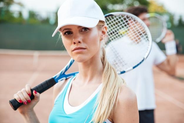 Casal legal de tênis na quadra