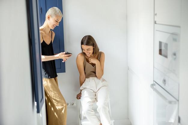 Casal lésbica com celular em casa