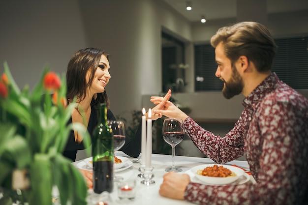 Casal lindo desfrutando a refeição à noite