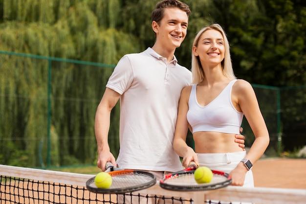 Casal lindo tênis sorrindo