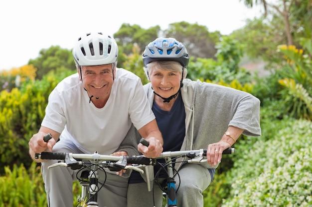 Casal maduro ciclismo de montanha fora