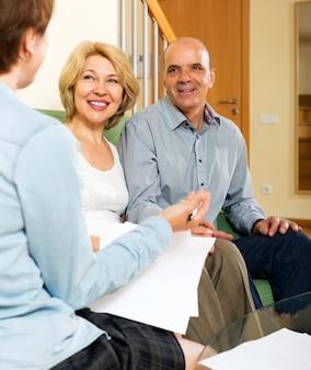 Casal maduro com agente de seguros