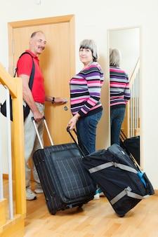 Casal maduro com bagagem indo de férias