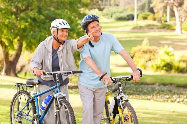 Casal maduro com suas bicicletas