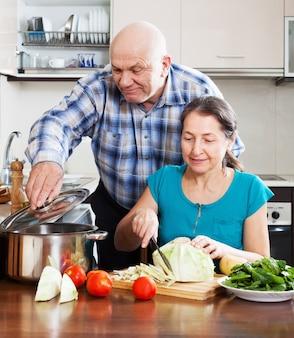 Casal maduro cozinhando juntos
