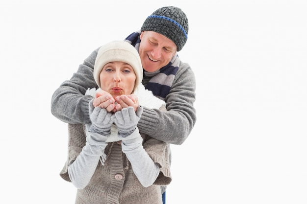 Casal maduro feliz em roupas de inverno