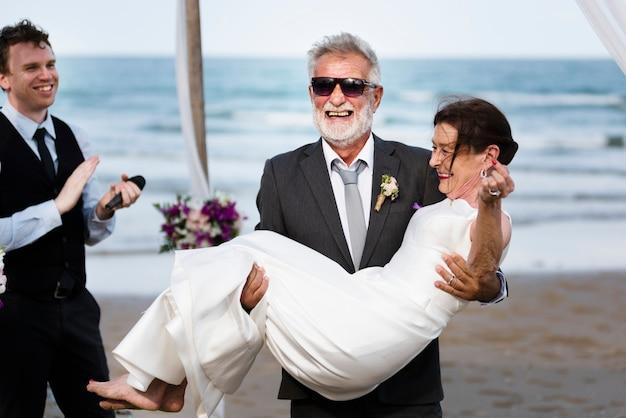 Casal maduro jovem se casar na praia