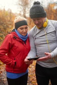 Casal maduro moderno e elegante enquanto faz jogging