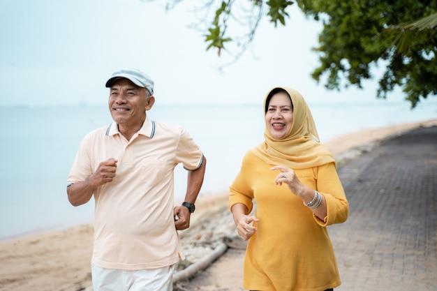 Casal maduro muçulmano fazendo jogging juntos