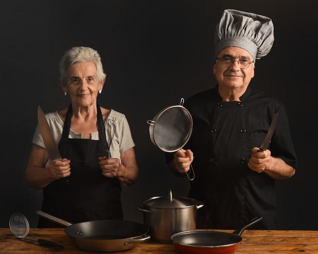 Casal mais velho cozinha
