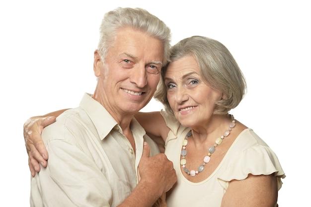 Casal mais velho feliz em um fundo branco