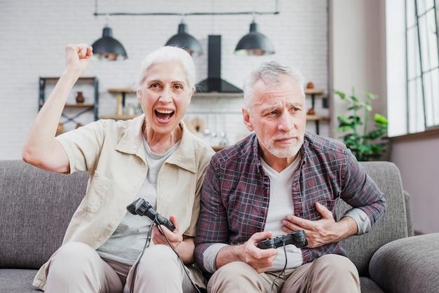 Casal mais velho jogando videogame juntos