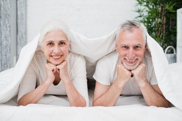 Casal mais velho posando para uma foto