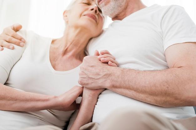 Casal mais velho sendo carinhoso uns com os outros