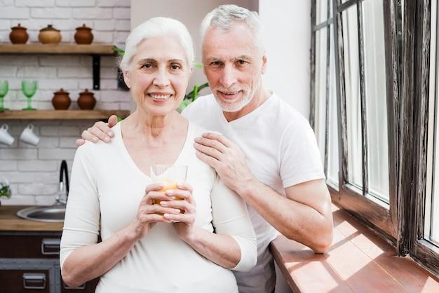 Casal mais velho tendo um suco