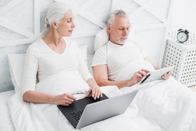 Casal mais velho usando um laptop