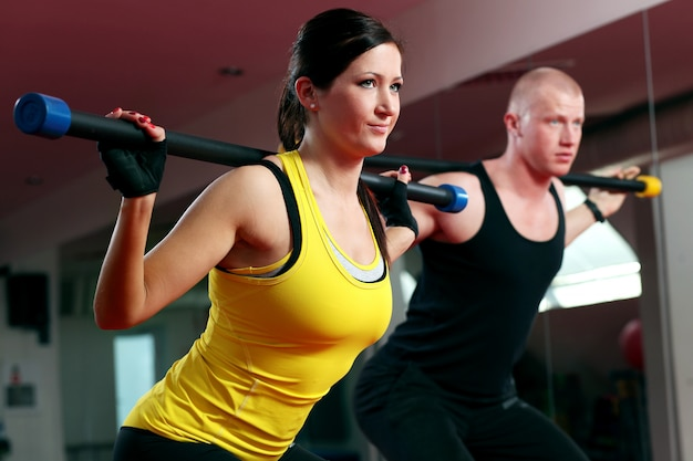Casal malhando em uma academia de fitness