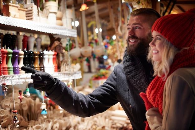 Casal maravilhado com as coloridas decorações de natal