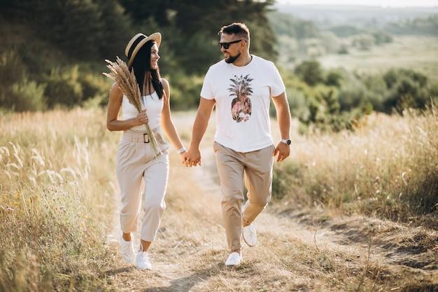 Casal maturo caminhando juntos no campo