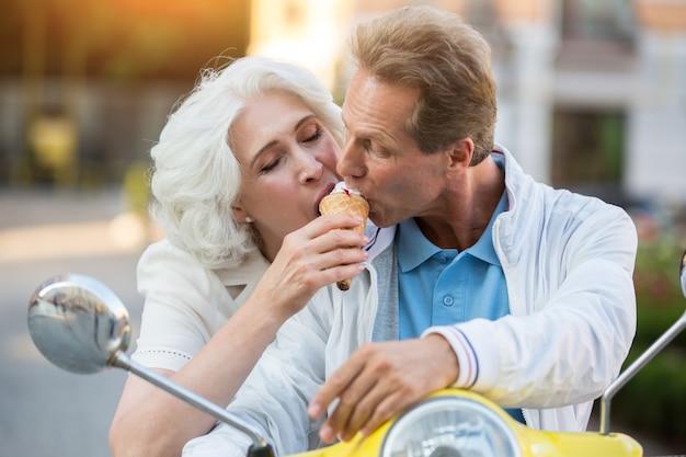 Casal maturo compartilha sorvete.