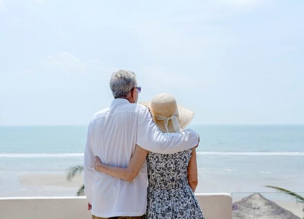 Casal maturo de férias em um resort