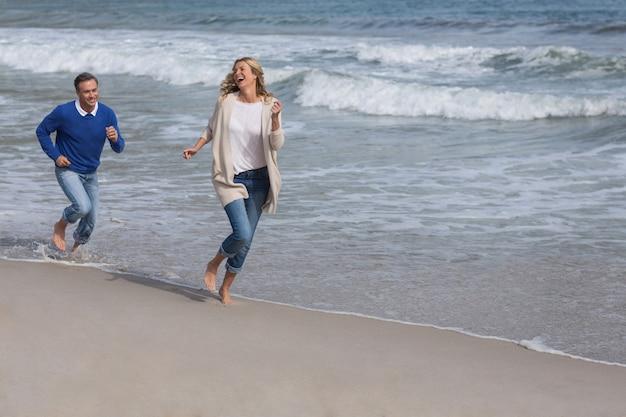 Casal maturo desfrutando na praia