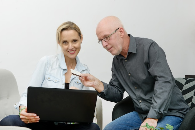 Casal maturo e-compras na internet