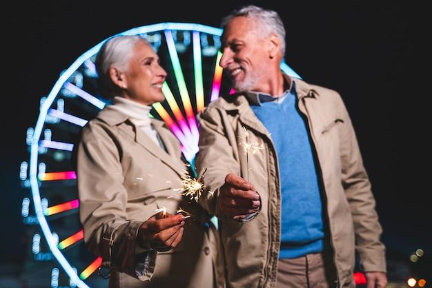 Casal maturo se divertindo em parque de diversões