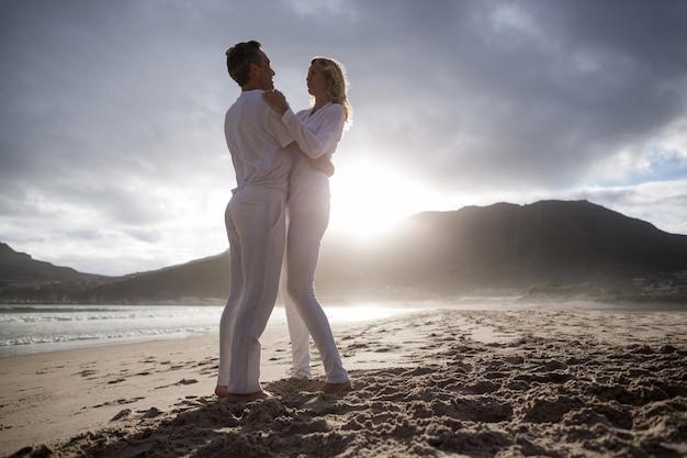 Casal maturo se divertindo juntos na praia