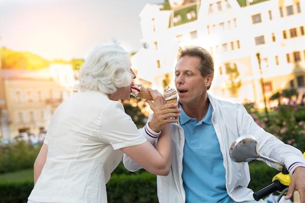 Casal maturo tomando sorvete.
