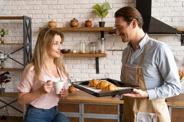Casal mediano com croissants