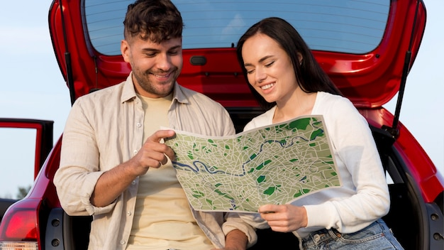 Casal mediano olhando para o mapa