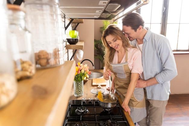Casal médio cozinhando