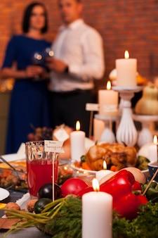 Casal meio embaçado de ação de graças