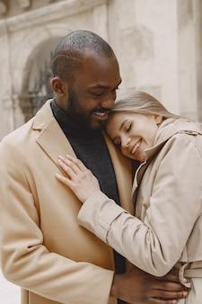 Casal misto passando um tempo juntos em uma cidade na primavera