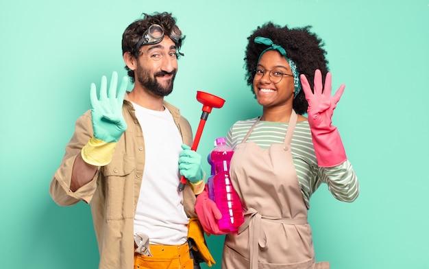 Casal misto sorrindo e parecendo amigável, mostrando o número quatro ou o quarto com a mão para a frente, em contagem regressiva. conceito de limpeza. conceito de reparos domésticos