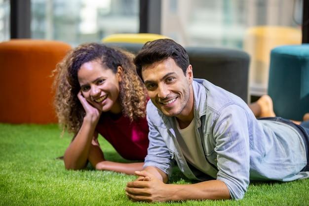 Casal mistura raça pessoas aproveitam o tempo juntos no café