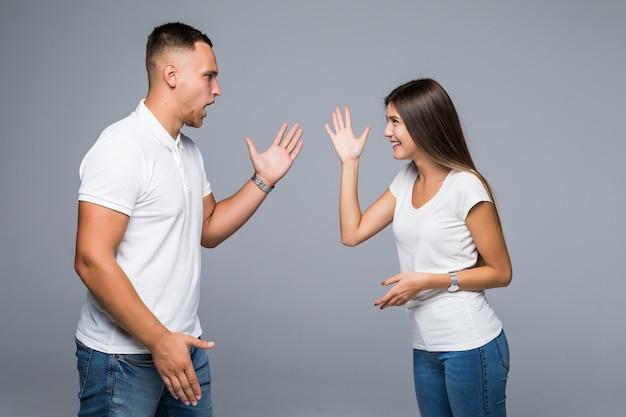Casal moderno em um fundo cinza se divertindo com o trabalho em andamento da vitória de boas notícias