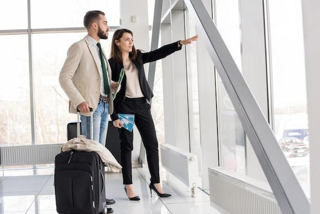 Casal moderno no aeroporto