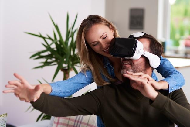 Casal moderno usando simulador de realidade virtual