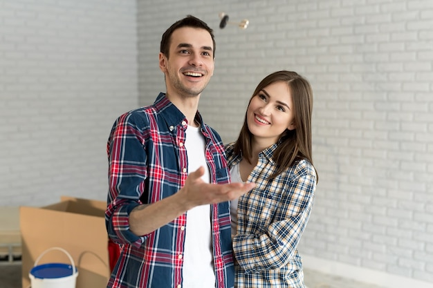Casal mostrando as chaves da nova casa