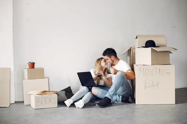 Casal movendo e usando caixas