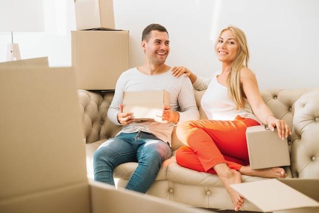 Casal movido alegre em caixas